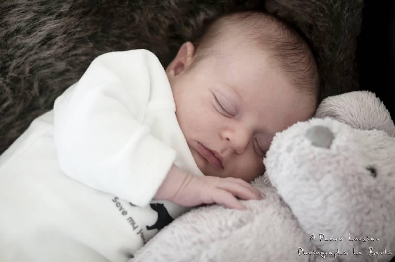portrait d'un bébé qui dort sur sa peluche-photographe-la-baule-pedro-loustau