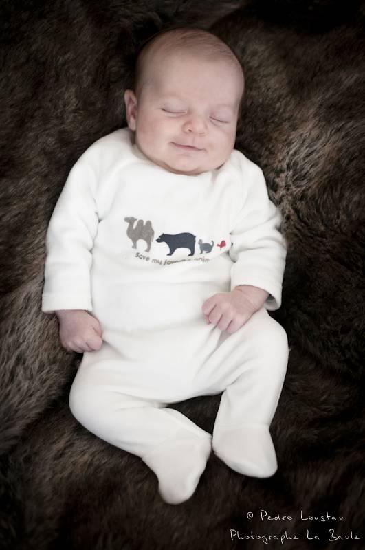 enfant qui sourit en dormant-photographe-la-baule-pedro-loustau