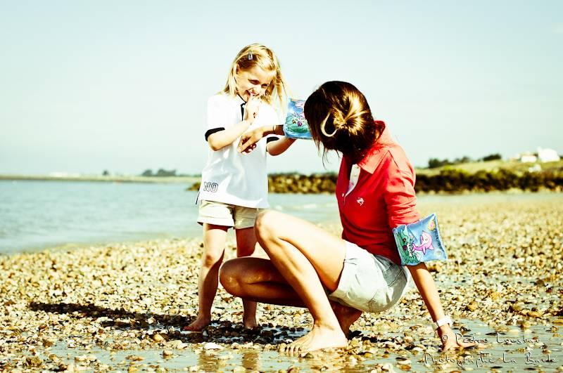 filette qui met des brassard à sa maman-photographe-la-baule-nantes-pedro-loustau-