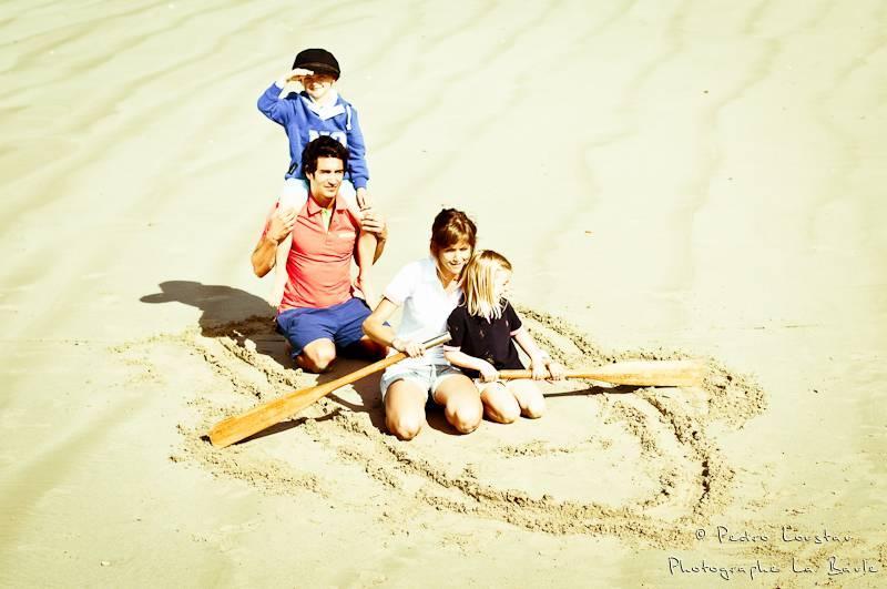 famille qui joue aux marins sur la plage-photographe-la-baule-nantes-pedro-loustau-