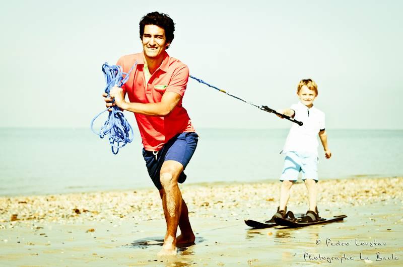 garçon qui fait du ski nautique sur la plage avec son papa-photographe-la-baule-nantes-pedro-loustau-