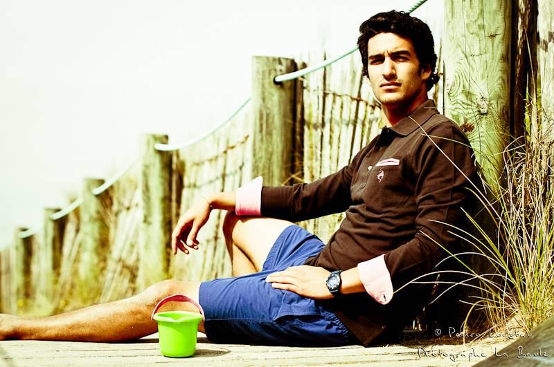 jeune homme assis sur la plage-photographe-la-baule-nantes-pedro-loustau-
