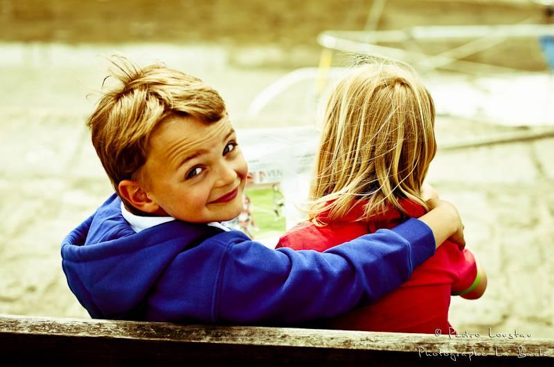 petits coquins qui lisent leur journal sur le port de noirmoutier-photographe-la-baule-nantes-pedro-loustau-