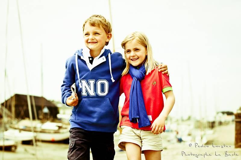 enfants qui se promenent sur le port  de noirmoutier-photographe-la-baule-nantes-pedro-loustau-