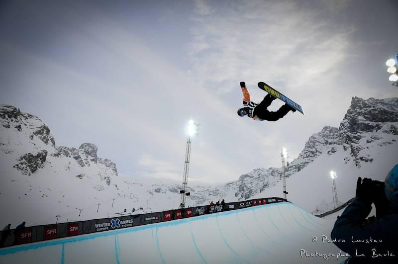 homme qui vole en snowboard au x-games photographe la baule nantes pedro loustau
