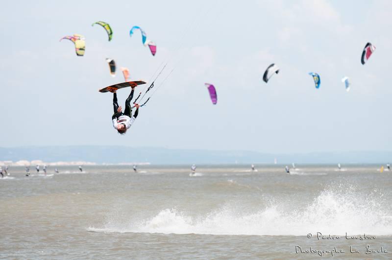Kite qui s'envoie en l'air avec les ailes en fond-photographe la baule- photographe nantes- Leucate-mondial du vent-kitesurf