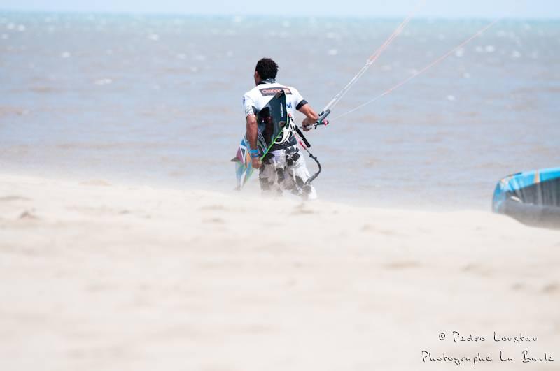difficile de marcher sur la plageyouri qui sort de l'eaurasta rideur-photographe la baule- photographe nantes- Leucate-mondial du vent-kitesurf