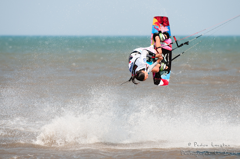 bruna envoie du lourdyouri qui sort de l'eaurasta rideur-photographe la baule- photographe nantes- Leucate-mondial du vent-kitesurf