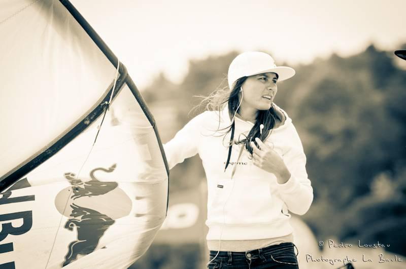 bruna qui se prépare-photographe la baule- photographe nantes- Leucate-mondial du vent-kitesurf