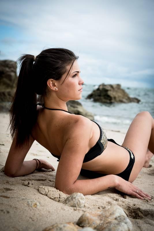 allongée sur la plage - photographe la baule nantes portrait book professionel Pedro Loustau -