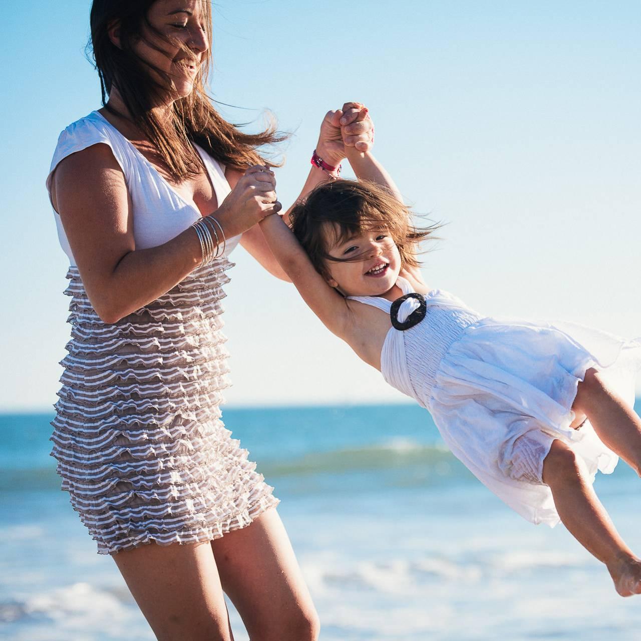 mere et fille lors du'ne séance photo de famille sur la plage de La Baule - photographe la baule