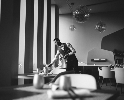 serveur faisant sa mise en place - photographe la baule