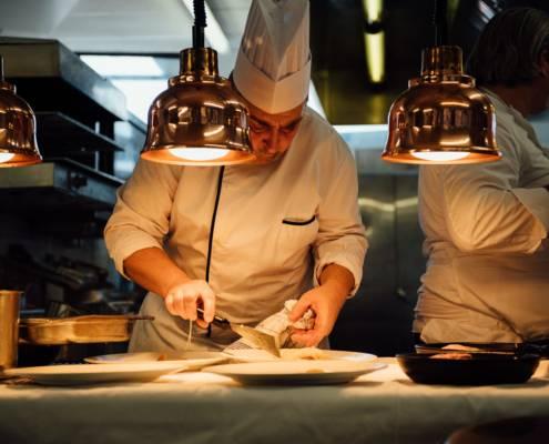 derniers préparatifs en cuisine - photographe la baule