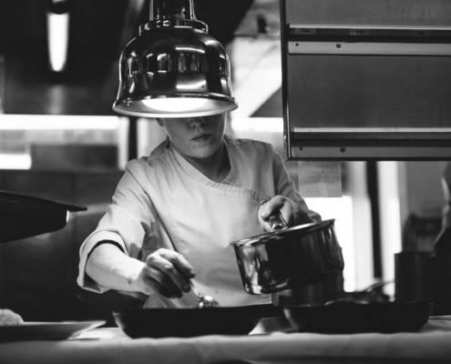 cuisiner en noir et blanc - photographe la baule