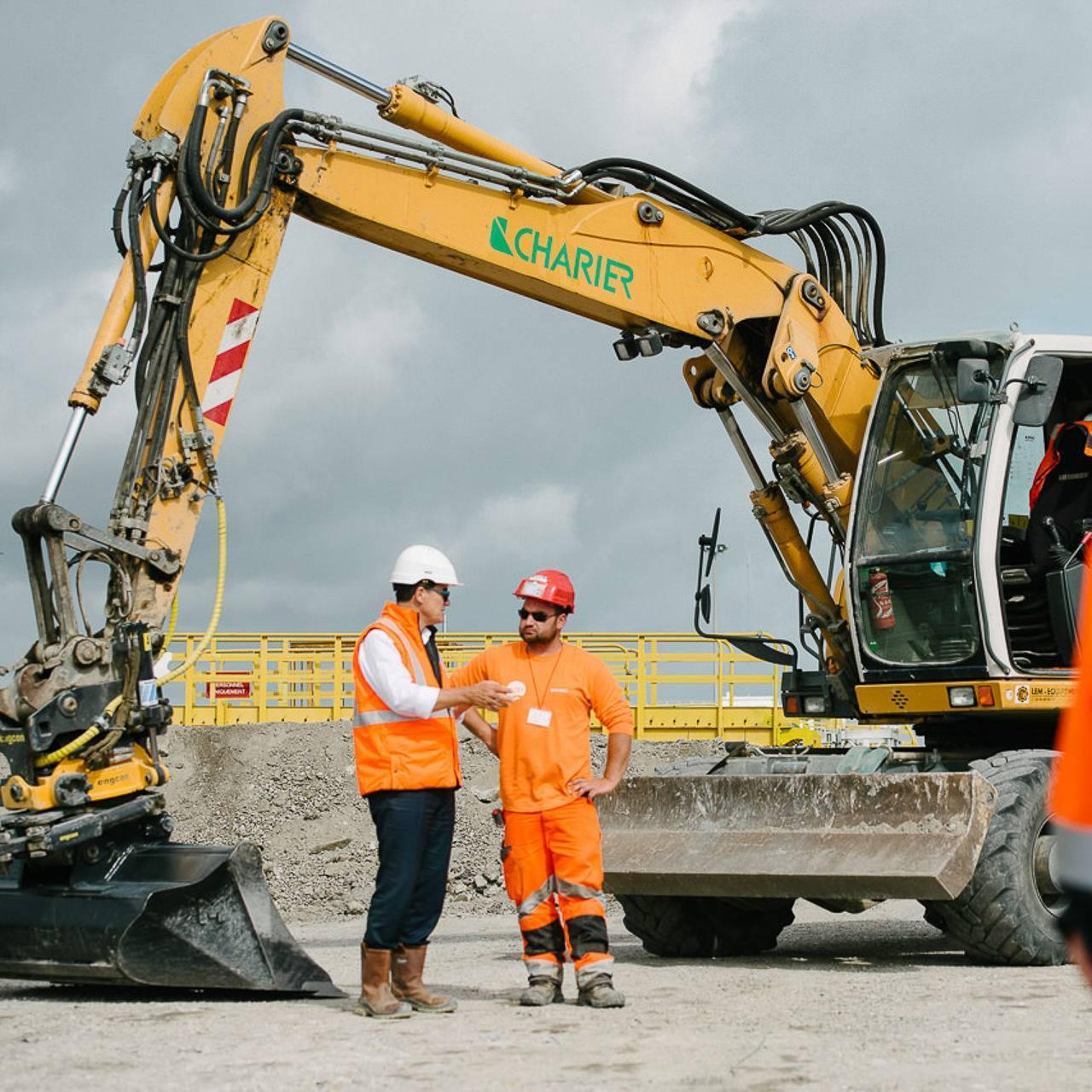 photographie d'ouvriers à coté d'une pelleteuse sur un chantier - photographe la baule