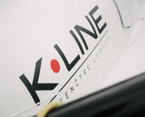 Logo KLine sur la coque d'un bateau