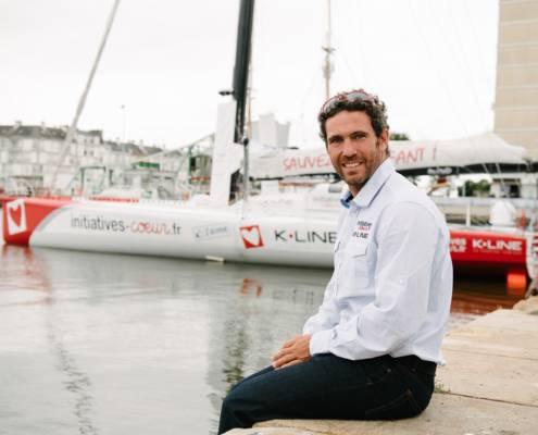Tanguy De Lamotte devant son bateau KLine - photographe la baule